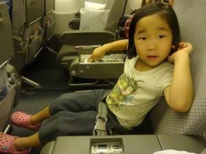 シートベルトを着用する女の子,機内,子供,過ごし方