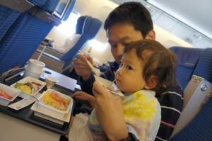 食事する子ども,機内,子供,過ごし方