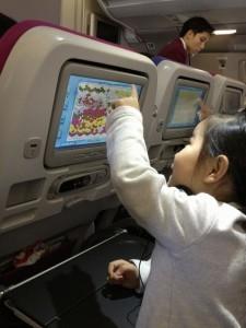 モニターで遊ぶ女の子,機内,子供,過ごし方