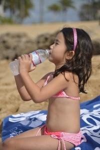 飲み物を飲む女の子,子供,海外旅行,持ち物