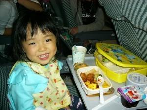 機内食を食べる子ども,飛行機,幼児,海外旅行