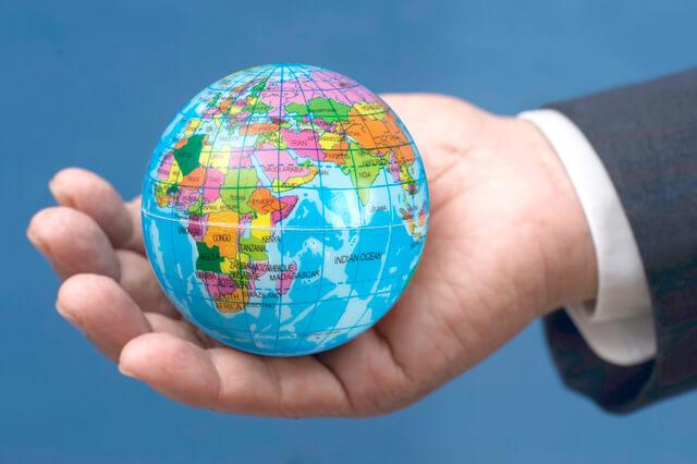 手に乗った地球儀,子連れ,旅行,海外