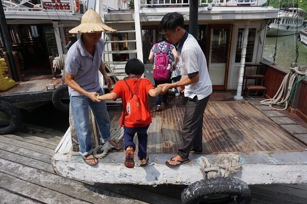船に乗り込む子ども,子供,海外,旅行