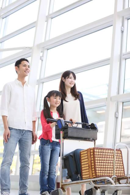 空港でカートを押す子ども,子供,海外,旅行