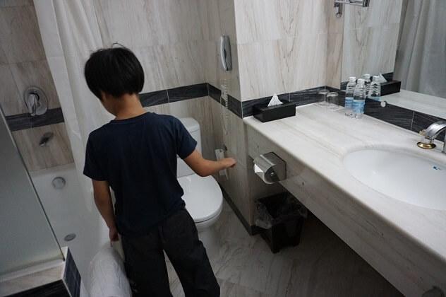 ハノイ市内のホテル客室トイレ,子供,海外,旅行