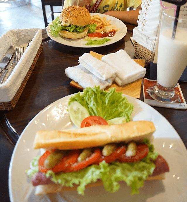 バゲッドのサンドイッチ,子供,海外,旅行