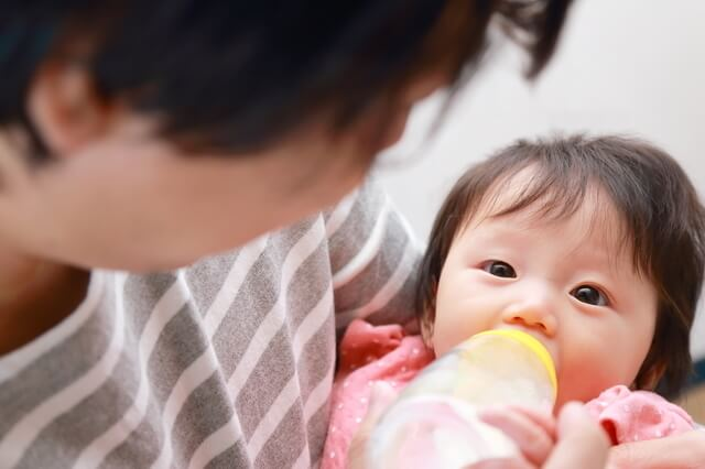 ミルクをあげるパパ,パパ,育児,