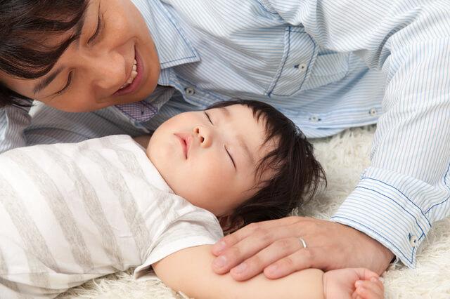 寝かしつけをするパパ,パパ,育児,