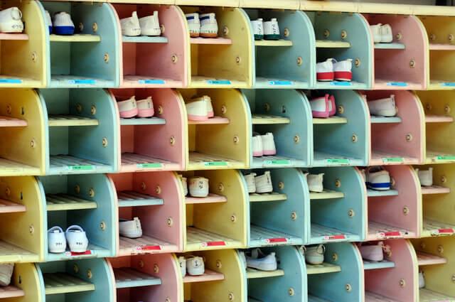 上履きが入っている幼稚園の下駄箱,幼稚園,上履き,