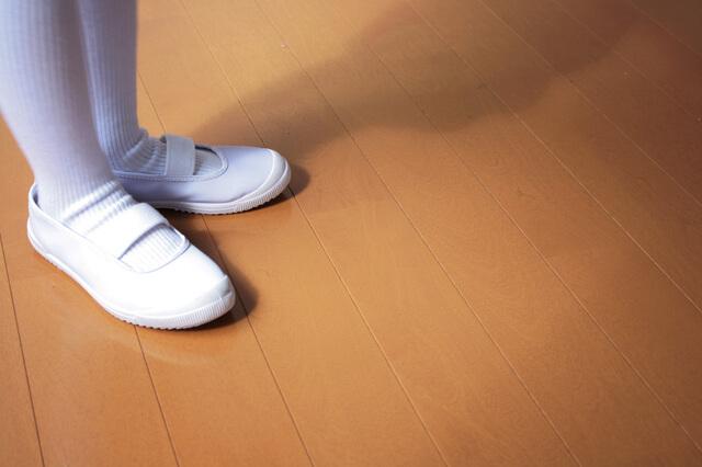 白いソックスと上履きを履いている足,幼稚園,上履き,