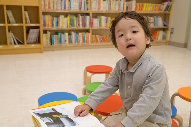 本を読む男の子,絵本,収納,