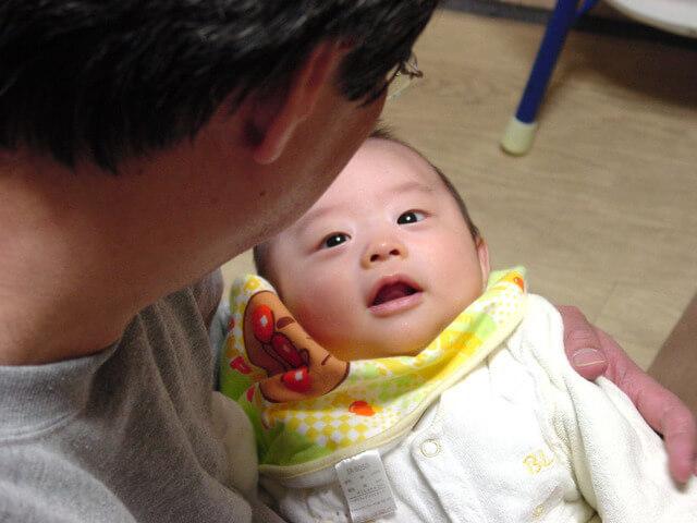 赤ちゃんに話しかけるパパ,パパ,育児,
