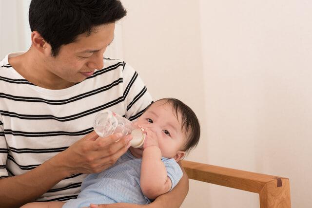 ミルクを赤ちゃんにあげるパパ,パパ,育児,