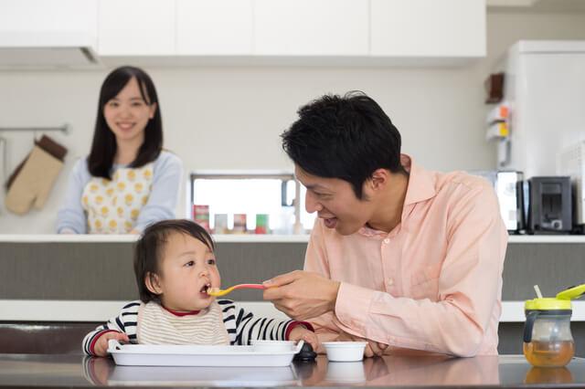 赤ちゃんに離乳食をあげるパパ,パパ,育児,
