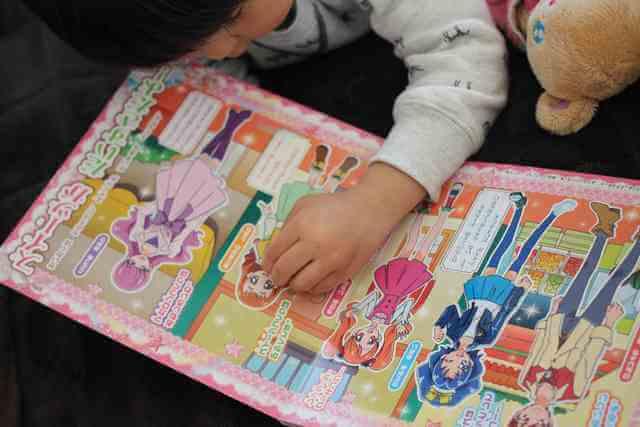 シール絵本で遊ぶ子ども,プリキュア,絵本,
