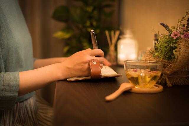手帳に記入する女性の手,手作り,手帳,