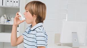 薬を飲む子ども,喘息,遺伝,