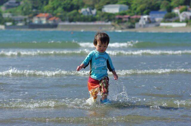 海で遊ぶ男の子,子ども,紫外線対策,ラッシュガード