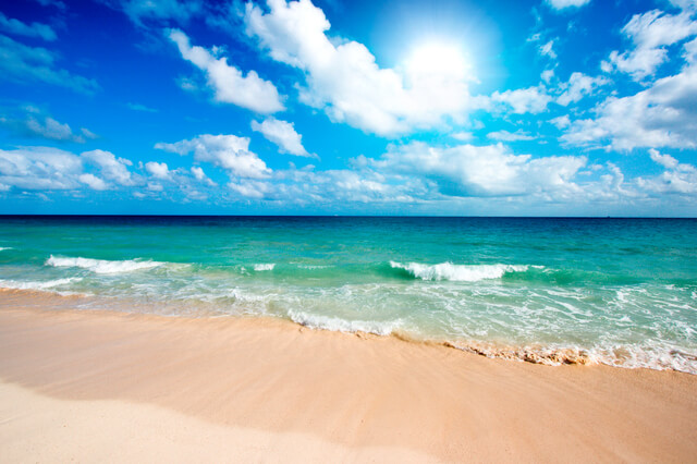陽射しが強い海岸,子ども,紫外線対策,ラッシュガード
