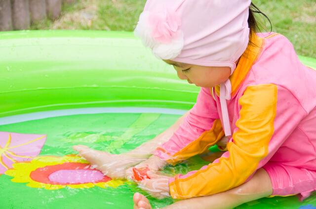 プールで遊ぶ女の子,子ども,紫外線対策,ラッシュガード