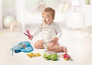 座って遊ぶ幼児,プレイジム,タイニーラブ,