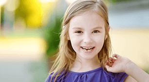 歯が生え始めている女の子,乳歯,抜く,