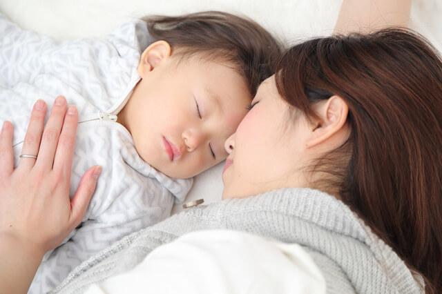 眠っている赤ちゃんとママ,コンビ,スリープシェル,ネムリラ