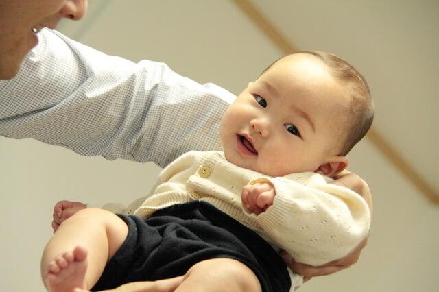 赤ちゃんのカーディガンは普段着にもフォーマルな服にもコーディネートできる便利なアイテム。,赤ちゃん,カーディガン,