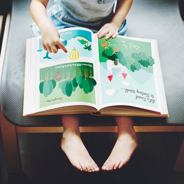 洋書を見る子ども,絵本,カフェ,