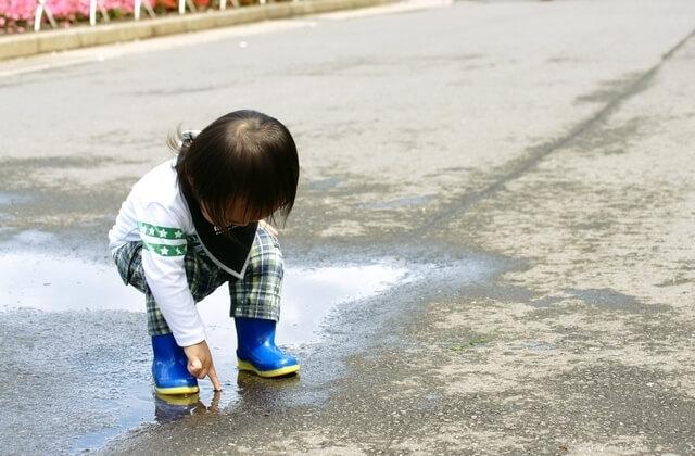 水たまり子ども,キッズ,長靴,