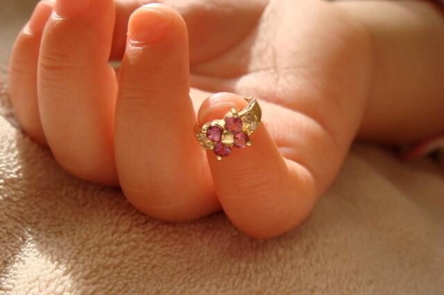 ベビーリングを付けた赤ちゃんの指,ベビー,リング,