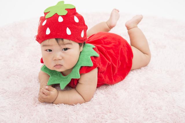 いちごの着ぐるみを着た赤ちゃん,ベビー,着ぐるみ,