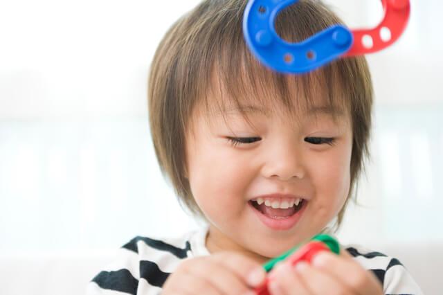 知育玩具で遊ぶ子ども,幼児,迷路,