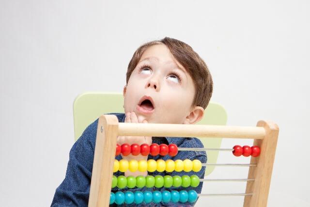 おもちゃで遊びながら考えるこども,数字,おもちゃ,幼児