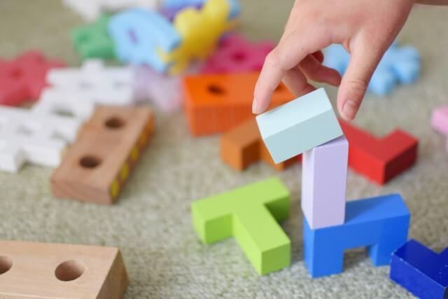 おもちゃに手を伸ばす子供の手,数字,おもちゃ,幼児