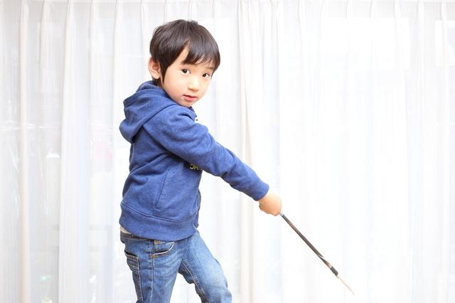 戦いごっこをする男の子,仮面ライダー,おもちゃ,