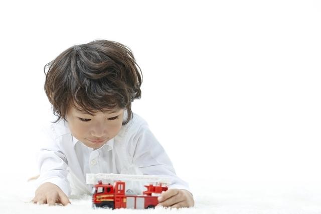 トミカで遊ぶ男の子,トミカ,おもちゃ,