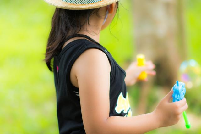 シャボン玉で遊ぶタンクトップの女の子,キッズ,タンクトップ,