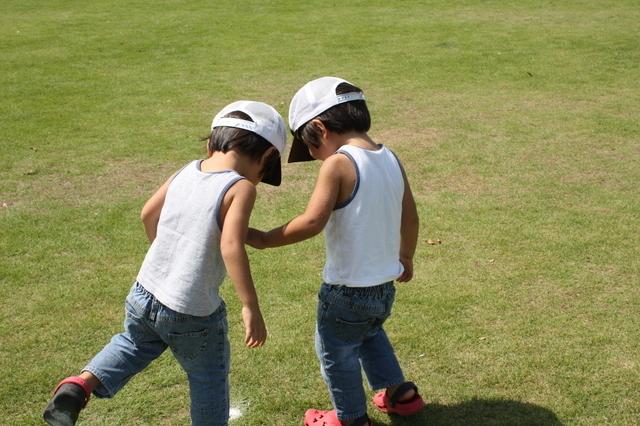 タンクトップで遊ぶ双子の男の子,キッズ,タンクトップ,