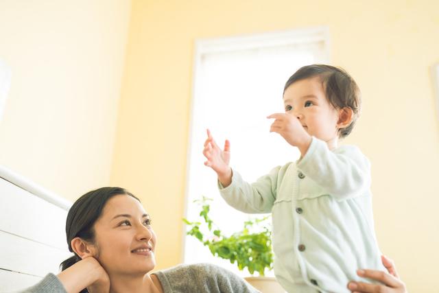タッチをしている赤ちゃん,知育玩具,1歳,