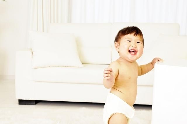つかまり立ちの赤ちゃん,赤ちゃん,手押し車,