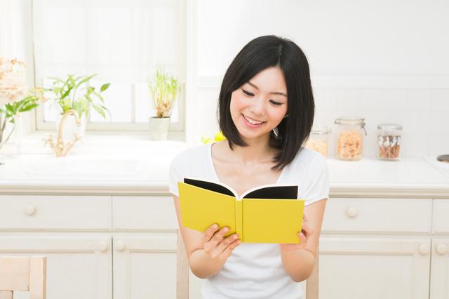 レシピ本を見る女性,離乳食,本,おすすめ