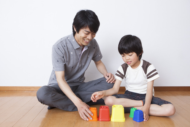 パパと遊ぶ男の子,おもちゃ,男の子,5歳