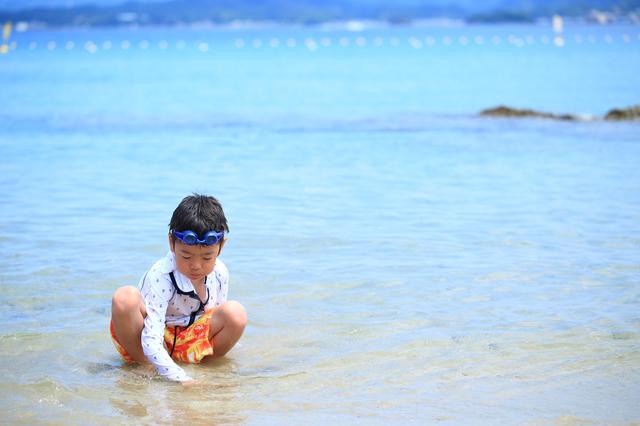 海で遊ぶ男の子,子供,水着,男の子