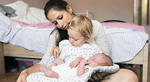 子どもを抱くお母さん,産後,子宮,高齢者