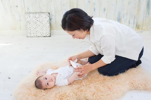肌着を着ておむつ替えをする赤ちゃん,ユニクロ,ベビー,肌着