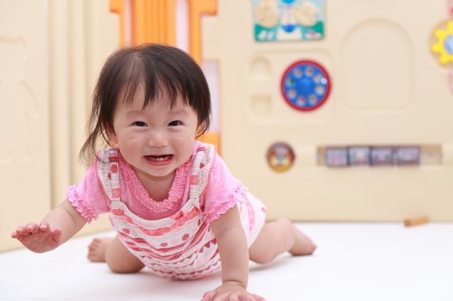 ベビーゲートにいる笑顔の赤ちゃん,ベビーサークル,選び方,おすすめ
