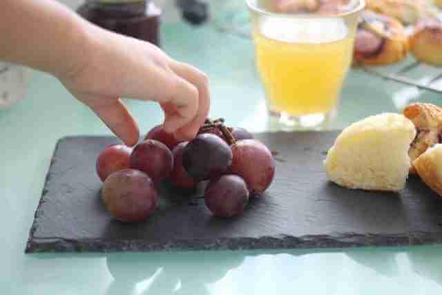 ニトリのスレートディッシュプレートと果物を盛り付けても,スレートディッシュプレート,