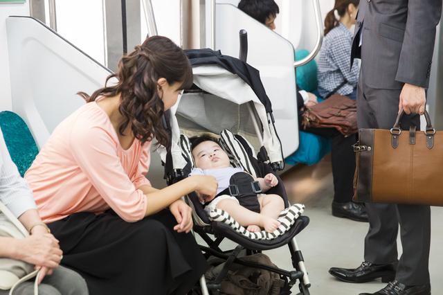 ベビーカーで電車に乗る親子,おもちゃ,ベビーカー,