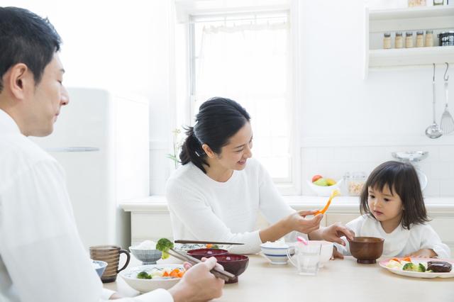 食卓を囲む親子,幼児食,